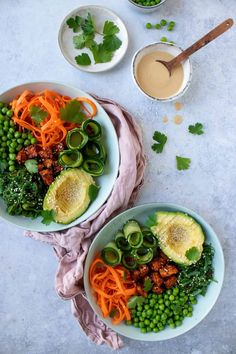 Poké bowl met tempeh en zoetzure komkommer - Zonderzooi - Gezonde recepten - Duurzame lifestyle Tempeh, Avocado, Ramen, Dips, Beverages, Lunch, Lifestyle, Yoghurt, Ethnic Recipes