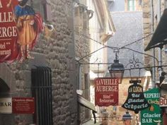 """フランス 西海岸、サン・マロ湾上に浮かぶ小島に築かれた 修道院 。カトリック の巡礼地のひとつであり「西洋の驚異」と称され、潮の満ち引きの差は15メートル以上ある。  floats on a French west coast and the Saint-Malo bay. It was one of the place of pilgrimages of Catholicism, it was called, """"Marvel of the West."""