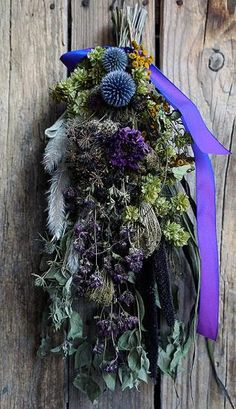 マウンテンミントをベースにオレガノやルリ玉アザミなどを束ねたパープル系のスワッグです。使用花材:マウンテンミント、にオレガノ、ルリ玉アザミ、ミレットパープル、ノラニンジン、タンジーなど。縦:約42㎝