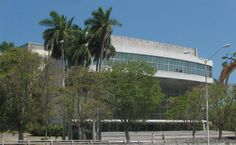 Situado en la Plaza de la Revolución, el monumental edificio del Teatro Nacional de Cuba (1958) recuerda al Royal Festival Hall de Londres y acoge excelentes representaciones y conciertos.