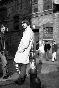 Oasis in East London Smart Casual, Liam Gallagher Noel Gallagher, Liam Oasis, Oasis Music, Oasis Band, Liam And Noel, Streetwear, Somebody To Love, Britpop