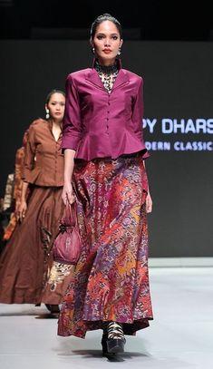 Model Baju Batik Batik Blazer, Blouse Batik, Batik Dress, Muslim Fashion, Ethnic Fashion, Hijab Fashion, Indian Fashion, Fashion Dresses, Funky Dresses