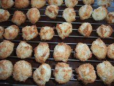 En klassisk julekake som lett blir lavkarbo er kokosmakronene.  Jeg bruker min mors gamle oppskrift, og med sukker byttet med lovlig vare b...