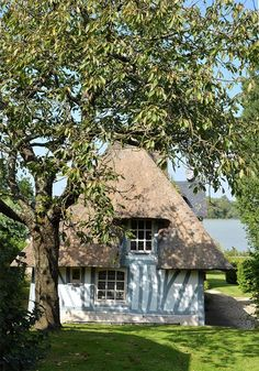 Eure: the route of thatched cottages English Country Decor, French Country Style, Little Cottages, Little Houses, Cozy Cottage, Cottage Style, Different House Styles, Tudor Style Homes, Thatched Roof
