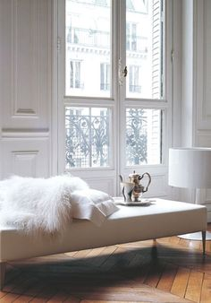 what a perfect setting:  white on white; no extraneous stuff; clean lines; bare windows (my favorite); classic style; welcoming + sophisticated