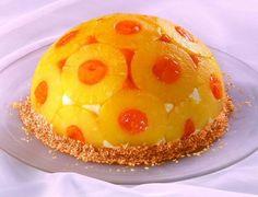 Eine dekorative Torte mit exotischen Früchten und einer Quark-Sahne