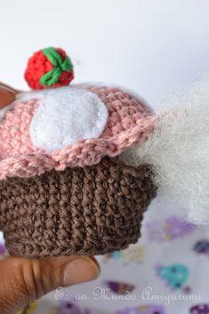 Es un Mundo Amigurumi - Sandra Droppelmann - Cupcake - Spanish Crochet Cake, Knit Crochet, Cupcakes, Amigurumi Patterns, Crochet Patterns, Crafts To Do, Crafty, Knitting, Shaggy Rug