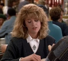 Every Outfit Sally Wears in When Harry Met Sally Harry And Sally, When Harry Met Sally, Meg Ryan Hairstyles, Easy Hairstyles, Tim Burton, Films Western, Airplane Outfits, Perfect Fall Outfit, Diane Keaton