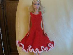 Robe au tricot en laine rouge pour Barbie : http://www.alittlemarket.com/jeux-jouets/fr_robe_au_tricot_en_laine_rouge_pour_barbie_-10579747.html