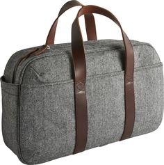 Courier daybag i grå bomull. Dimensjoner: L43 x H26 x D17cm. Kr. 990,-