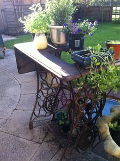 My new garden ornament a vintage singer sewing table - Table machine a coudre singer ...