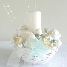 """Zásněžený vánoční svícen Kulatý vánoční svícen je vyroben z papírových ruliček a povrchově upraven lakováním. Dekorace je bohatě laděna do bílo - modré barvy a navazuje tak zasněženou romanci. Dekorace je """"trvanlivá"""" a může vám dělat radost spoustu let. Zapálenou svíčku nenechávejte nikdy bez dozoru, protože dekorace je tvořena z hořlavých předmětů!!!!! ..."""
