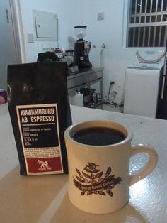 イギリスから新しいコーヒーが届きました!    今週末の沖縄でのコーヒー教室&交流会でも使用します    ケニア Kiawamururu AB エスプレッソロースト  SL28種、SL34種 fully washed    ブラックカラントのようなジューシーな風味。  後味は爽やかで甘く、とても素晴らしいケニアのコーヒーです★