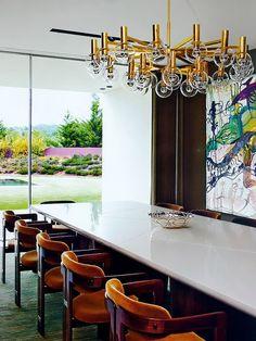 Sala de Jantar com Lustre Dourado. Designer: Oitoemponto. Fotógrafo: Olivier Amsellem. Fonte: AD Collector 2014.