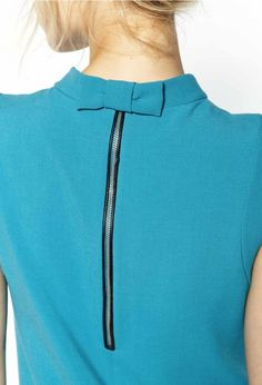 Robe Reynold turquoise Claudie Pierlot--Lovely way to finish off the neckline--must do Neckline Designs, Back Neck Designs, Collar Designs, Blouse Designs, Couture Details, Fashion Details, Fashion Design, Sewing Clothes, Diy Clothes
