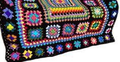 Este diseño de afgano fue inspirado por una revista de los años 70. Usé 45 colores diferentes para crear este afgano de uno de la misma clase. A ganchillo por mi uso de 100% hilo acrílico, afgano medidas aprox. 50 pulgadas x 60 pulgadas (127 cm x 153 cm). El afgano cuenta con 63 plazas de abuela de 3 tamaños diferentes y no un cuadrado es el mismo. Plazas y manta están bordeadas de negro. Este afgano es hecho por encargo. Hora de finalización actual vea mi banner de la tienda…