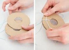 Van het karton cirkels knippen