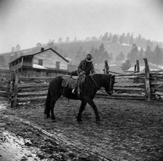 These photos were needy lives but full of joy of people in New Mexico in the early They were taken by photographerJohn Collier Jr. Black Cowboys, Real Cowboys, Cowboys And Indians, Old Pictures, Old Photos, Vintage Photographs, Vintage Photos, Into The West, Horse Ranch
