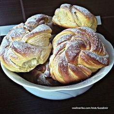 Na snídani, na svačinu, na večeři nebo kdykoliv, kdy máte chuť na vynikající měkkoučké pečivo. Small Desserts, Sweet Desserts, Sweet Recipes, Baking Recipes, Cookie Recipes, Dessert Recipes, Czech Desserts, Bread Dough Recipe, Homemade Dinner Rolls
