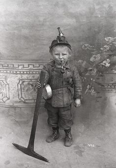 Ridiculously young coal miner, USA, early Sad picture of child labor! Vintage Pictures, Old Pictures, Photos Du, Old Photos, Vintage Illustration, Nagasaki, Coal Mining, Interesting History, World History