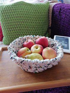 Ein praktischer Korb gehäkelt mit T-Shirt-Garn, um Früchte für Ihre Familie oder Gäste zu bieten, um Ihr Haus zu schmücken, um Ihre aktuellen DIY-Arbeitsmaterialien an einem Ort zu speichern, nur um Ihnen ein paar Ideen zu geben. Mich hat mich die österreichische Region Steiermark inspirieren Tshirt Garn, Decorating Your Home, Basket, Etsy, Crochet, Souvenir, Couple, Handmade, Gifts