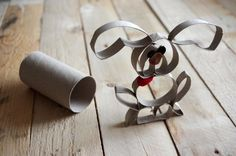 Návod: Zajíc z papírové ruličky - Na tohoto velikonočního zajíce potřebujeme jen jednu papírovou ruličku. Tu rozstříháme na kroužky, vhodně zohýbáme a slepíme dohromady. ( DIY, Hobby, Crafts, Homemade, Handmade, Creative, Ideas)