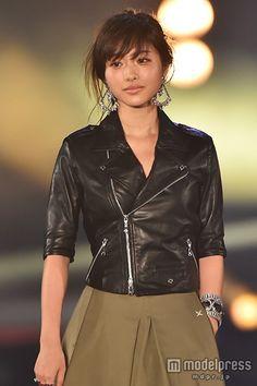 (画像2/5) 石原さとみがトップバッター 堂々ランウェイで「GirlsAward 2015 S/S」開幕 Asian Woman, Asian Girl, Petty Girl, Beautiful Asian Women, Beautiful Ladies, Japanese Girl, Leather Fashion, Fitness Fashion, Asian Beauty