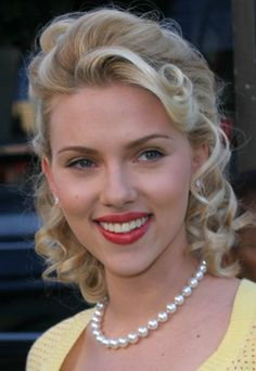 Scarlett Johanson with beautiful single strand large freshwater pearl necklace (10 - 11mm). Simple yet glamorous. Click on image to discover similar design by Carla Pearls.