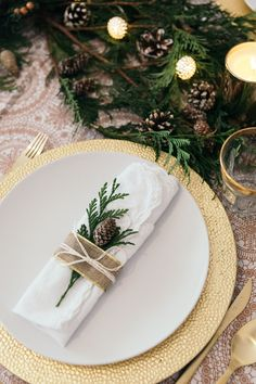 Christmas Table Decorations CenterpieceChristmas Table Settings Ideas Christmas TablescapesModern Christmas Tablescapes Christmas Table Decorations Painting Moving Decor and Organization Centerpiece Christmas, Xmas Table Decorations, Christmas Dining Table, Christmas Table Settings, Christmas Tablescapes, Holiday Tables, Decoration Table, Christmas Place Setting, Aussie Christmas