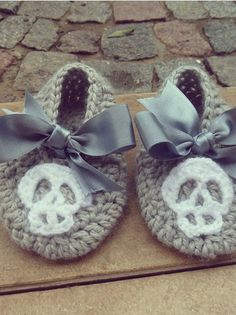 baby crochet slippers pdf pattern Shoes with Skull.Halloween crochet  #halloween #crochet ww.loveitsomuch.com