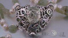 """Close up de Gargantilla """"Viride"""" Artista: Tania Marzuca Rivero. Arcilla de plata Art Clay Silver, plata pura 99.9% con Amatista Verde natural, circonitas verde peridoto, y engarce de aventurinas con perlas, y broche de plata esterlina"""