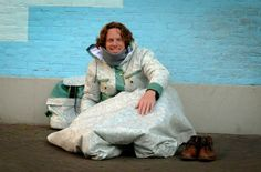 O Shelter Suit, criação do estilista Bas Timmer, é um exemplo de como o design pode gerar impactos sociais - o casaco é acoplado a um saco de dormir impermeável, pensado especialmente pros refugiados - muitos deles morrem de frio na busca de um lar.