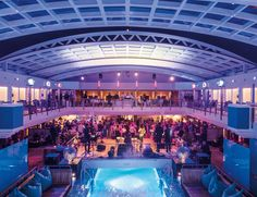 NIGHTLIFE || Poolparty auf der EUROPA 2. || Poolparty at EUROPA 2. || MEMORABLE MOMENTS Eine Kreuzfahrt mit der EUROPA 2 / MEMORABLE MOMENTS A cruise with EUROPA 2. Foto: © Hapag-Lloyd Cruises