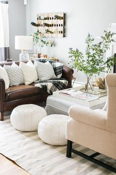 Cozy living room with white Moroccan poofs, a blush pink chair and a brown leather couch. Couches Living Room, Brown Couch Living Room, Leather Sofa Living Room, Home And Living, Farm House Living Room, Relaxing Living Room, Coastal Living Rooms, Couch Decor, Living Room Sofa