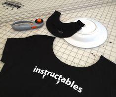 Cut T Shirt Neckline, Cut Up T Shirt, Cut Tee Shirts, Band Shirts, Cutting Tee Shirts, Making Shirts, Shirt Refashion, T Shirt Diy, Clothes Refashion