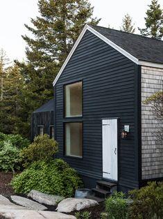 Nice 40 Gorgeous Black House Exterior Design Ideas For Inspiration. Black House Exterior, Small House Exteriors, Front Door Paint Colors, Painted Front Doors, Exterior Paint, Exterior Design, Coastal Cottage, Maine Cottage, Coastal Living