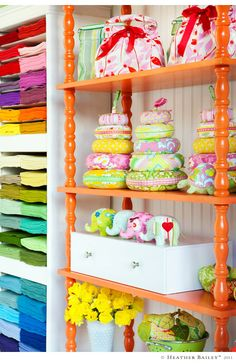 I would love to have plenty of shelves to organise all my craft materials. This picture is from Heather Bailey´s blog. She is a fabric and lifestyle designer.