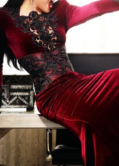 Closer look at Regina's dress from the second season promo photoshoot. Ugh, she looks good in velvet.