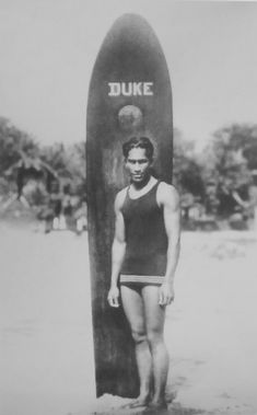 Olympic swimming gold medalist and surfing pioneer Duke Kahanamoku with his surfboard in Hawaii (ca. Vintage Hawaii, Surf Vintage, Vintage Surfing, Retro Surf, Vintage Tiki, Poster Vintage, Vintage Travel, Kelly Slater, Surf Mar
