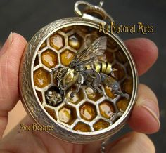 TURKISH Susan Beatrice crafts beautiful, detailed sculptures from mechanical miscellania. Her pocket watch creations are stunning: STEAMPUNK STYLE Old Watches, Antique Watches, Pocket Watches, Carpenter Bee Trap, Bee Traps, Bee Jewelry, Bee Art, Crafts Beautiful, Bees Knees