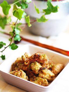 一口サイズの唐揚げに照り焼きソースを絡めて青のりをまぶした一品です。  衣に加えたフライドオニオンが美味しさの隠し味!フライドオニオンを加えるとコクが出てぐっと美味しくなりますよ♡  冷めても美味しいので御弁当にぴったりです。 Cauliflower, Vegetables, Cooking, Recipes, Japanese, Food, Kitchen, Japanese Language, Cauliflowers