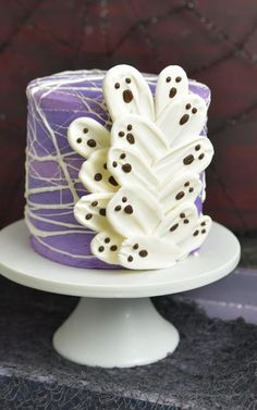 German Buttercream How to make Ghost Brushstroke cake for Halloween White Buttercream, Buttercream Recipe, Frosting Recipes, Cream Frosting, Halloween Make, Halloween Treats, Halloween Birthday, Halloween Costumes, Mini Cakes