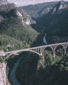 Черногория - это не только море:) У нас вчера резко сменился маршрут и вместо Боснии мы отправились в национальный парк Дурмитор (на севере Черногории) чему на самом деле я очень рад;) ибо подобные виды приводят в дикий восторг Наш #dobrotskitrip сплошное добро #skypixel #aerialphotography #dronestagram #dronelife #dronegear #montenegro by elivosk