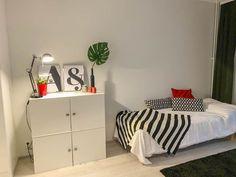 Sisustuselementit ja pienet yksityiskohdat tuovat ilmettä yksiön makuunurkkaukseen. Lisätilaa asuntoon saa erilaisilla säilytysjärjestelmillä, joihin saa myös piilotettua ylimääräistä tavaraa. Tämä lisää tilan tunnetta ja avaruutta pienessäkin asunnossa. Toddler Bed, Furniture, Home Decor, Child Bed, Decoration Home, Room Decor, Home Furnishings, Home Interior Design, Home Decoration