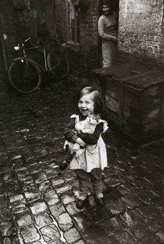La filette au chat  Paris, 1958  Jean-Phillipe Charbonnier