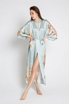 Inspired by traditional women's kimonos, shop a range of gorgeous silk, charmeuse, and viscose kimono robes that update the floral kimono for the modern woman. Silk Robe Long, Silk Kimono Robe, Long Kimono, Kimono Dress, Floral Kimono, Robe Diy, Silk Coat, Bridesmaid Robes, Bridal Robes