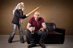 violence conjugale: La pomme de terre canapé et épouse en colère