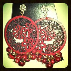 Aritos en forma de circulo calado flores trabajado con perlas. www.facebook.com/...