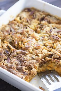 pumpkin crunch cake has a cake topping with a bottom made of pumpkin pie filling! I couldn't stop sneaking bites of this cake! Brownie Desserts, Oreo Dessert, Mini Desserts, Coconut Dessert, Pumpkin Dessert, Delicious Desserts, Dessert Recipes, Dessert Ideas, Stevia Desserts