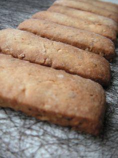 Petits biscuits aux noisettes pour accompagner votre thé... Niveau: facile Pour environ 50 biscuits Ingrédients: 125 g de beurre mou 125g de sucre glace 1 oeuf 50g de poudre de noisettes 250g de farine 1 cuillère à café d'arôme naturel de vanille Mélangez...